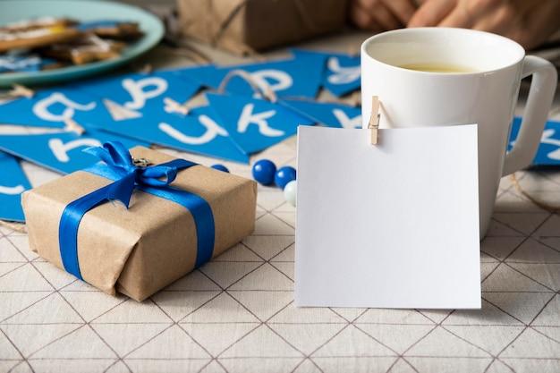 Szczęśliwy tradycyjny festiwal chanuka z filiżanką kawy