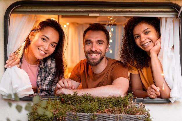 Szczęśliwy trzech przyjaciół patrząc przez okno
