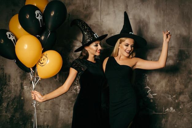 Szczęśliwy tulenie czarownice z balonami