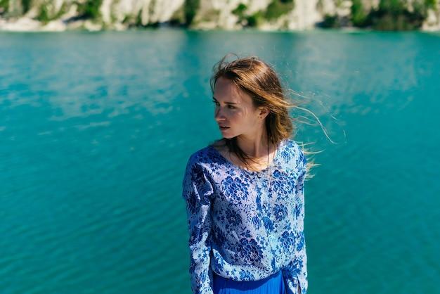 Szczęśliwy turysta dorywczo dziewczyna na zewnątrz na tropikalne miejsce wypoczynku. podróże i wakacje. freedom concept.woman nad błękitną wodą