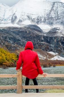 Szczęśliwy turysta na szczycie góry na zewnątrz podczas wędrówki szczyt górski szczyt. swoboda sukcesu i osiągnięcie szczęścia w górach. koncepcja aktywnego sportu