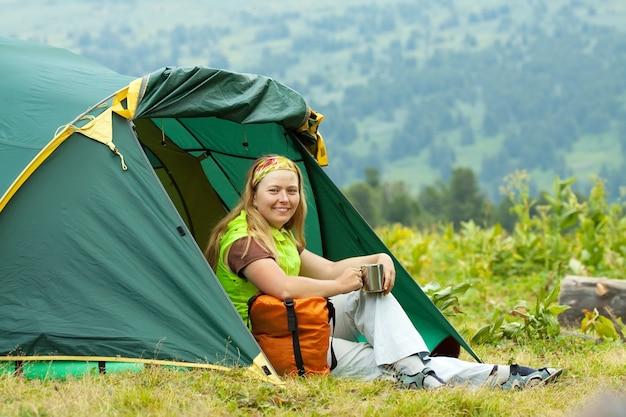 Szczęśliwy turysta w namiocie obozowym