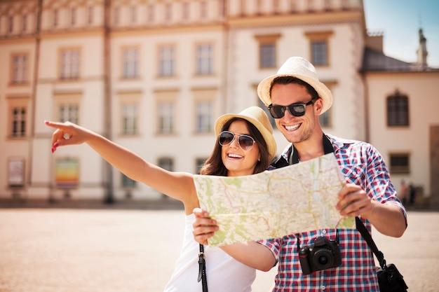 Szczęśliwy turystyczne zwiedzanie miasta z mapą