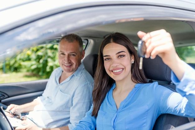 Szczęśliwy uczeń jazdy z kluczyki do samochodu