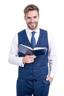 Szczęśliwy uczeń uśmiech trzymając otwartą książkę w formalnym stylu moda na białym tle, szkoła.