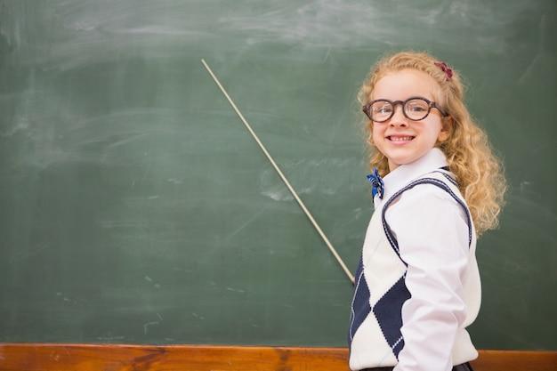 Szczęśliwy uczeń wskazuje blackboard
