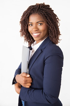 Szczęśliwy udany profesjonalny trzymając folder z dokumentami