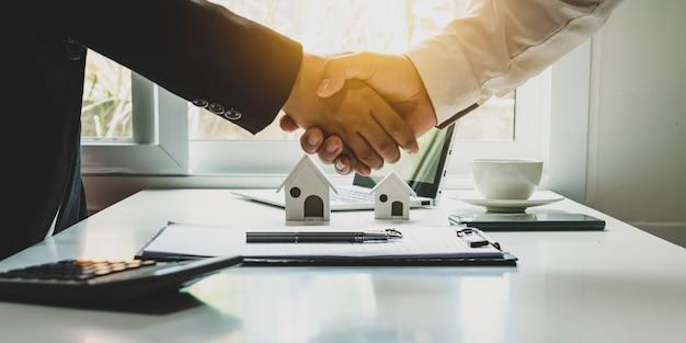 Szczęśliwy uścisk dłoni biznesmena po zawarciu umowy o pracę zespołową