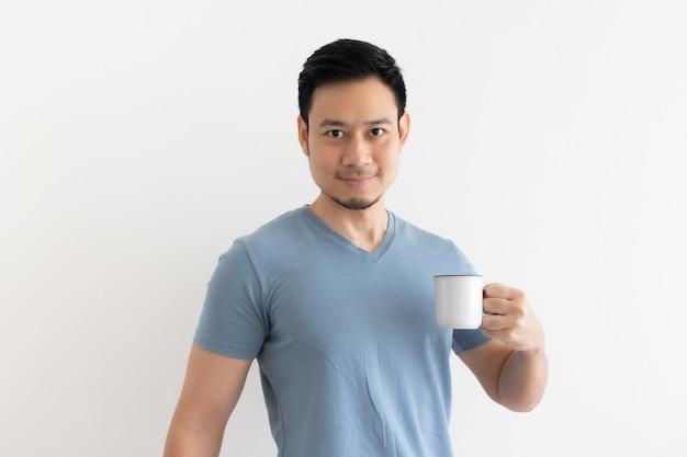 Szczęśliwy uśmiech twarz azjatyckiego człowieka pije kawę na na białym tle.