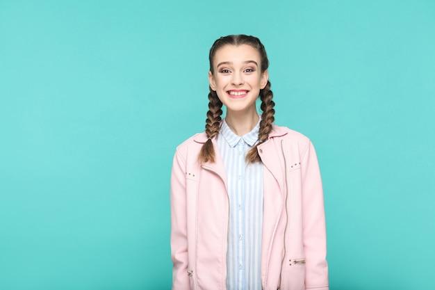 Szczęśliwy uśmiech ząbków portret pięknej słodkiej dziewczyny