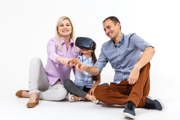 Szczęśliwy uśmiechający się młoda piękna młoda dziewczyna zdobywa doświadczenie za pomocą okularów wirtualnej rzeczywistości wirtualnej. rodzina robi wspólnie zajęcia, dzieci używają vr, koncepcja rodziny.