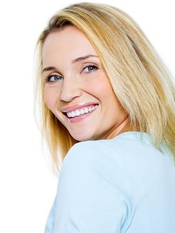 Szczęśliwy uśmiechający się portret kobiety na białym tle