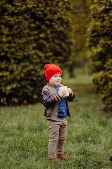 Szczęśliwy uśmiechnięte dziecko bawiące się na świeżym powietrzu w ogrodzie