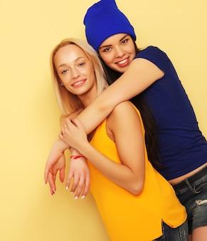 Szczęśliwy uśmiechnięte ładne nastoletnie dziewczyny lub przyjaciele przytulanie
