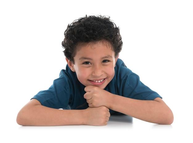 Szczęśliwy uśmiechnięty chłopiec spoczywa na ramionach