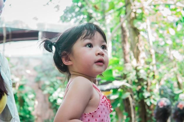 Szczęśliwy uśmiechnięty portret 2-letniej dziewczynki w parku