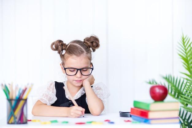 Szczęśliwy uśmiechnięty uczeń przy biurku