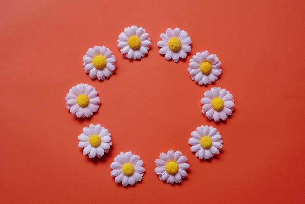 Szczęśliwy walentynki kartkę z życzeniami bukiet kwiatów na czerwonym tle