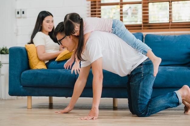 Szczęśliwy wesoły azjatycki rodzinny tata, mama i córka, dobra zabawa
