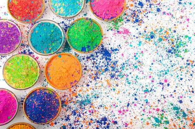 Szczęśliwy widok z góry holi kolorowych kolorów holi w miseczkach z splash