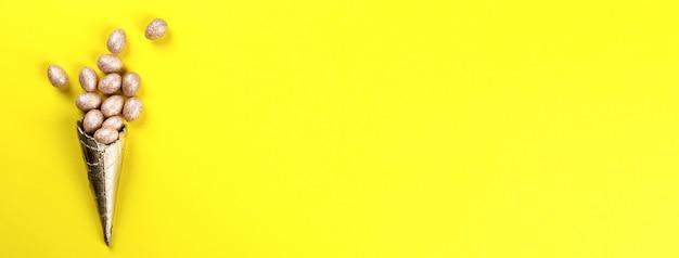 Szczęśliwy wielkanocny tło z wielkanocnych jajek złotym kolorem