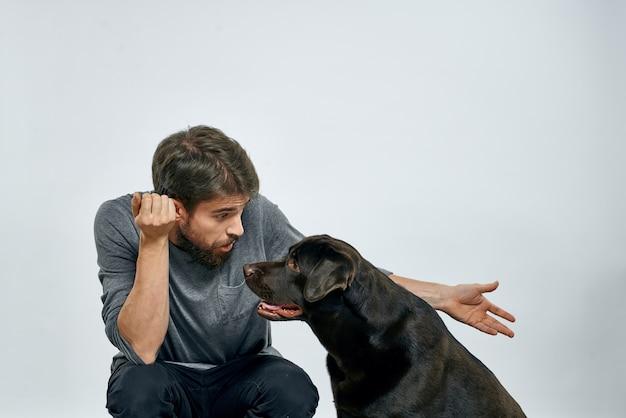 Szczęśliwy właściciel z emocjami model szkolenia zwierząt domowych czarny pies