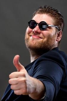 Szczęśliwy włoski pokazując kciuk w górę znak