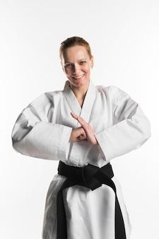 Szczęśliwy wojownik robi karate pozie