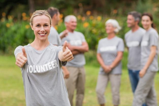 Szczęśliwy wolontariusz z kciukiem do góry
