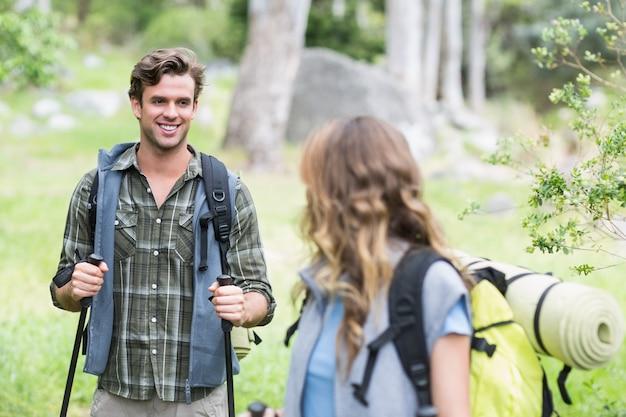 Szczęśliwy wycieczkowicz patrzeje młodej kobiety