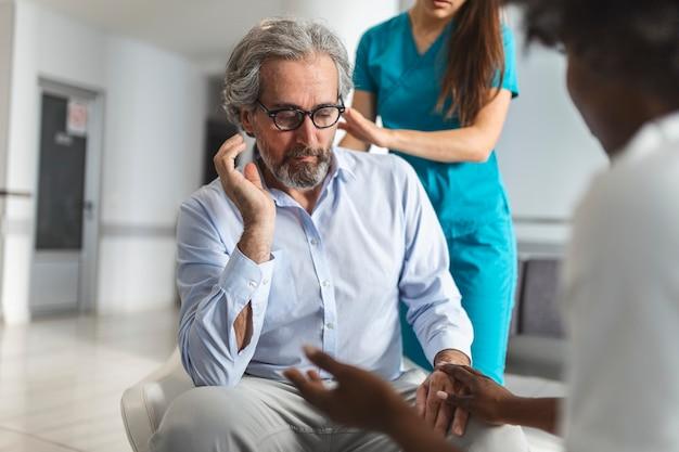 Szczęśliwy zdrowy starszy mężczyzna i jego lekarz, ciesząc się rozmową