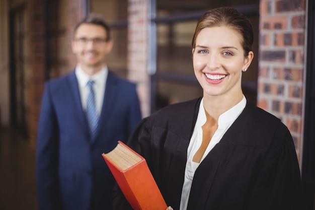 Szczęśliwy żeński prawnik z biznesmenem