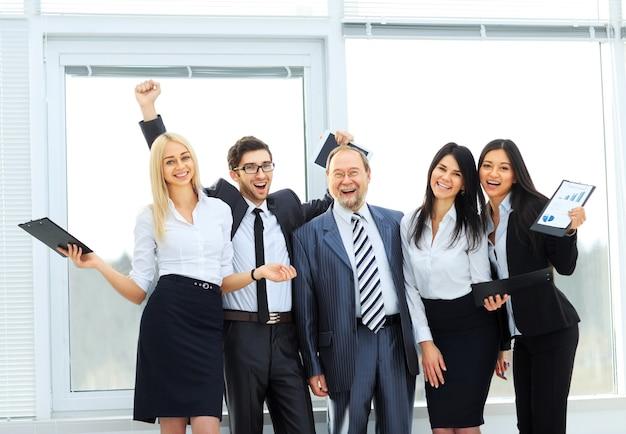 Szczęśliwy zespół biznesowy po pomyślnym zakończeniu biznesu