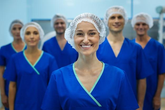 Szczęśliwy zespół medyczny w mundurach