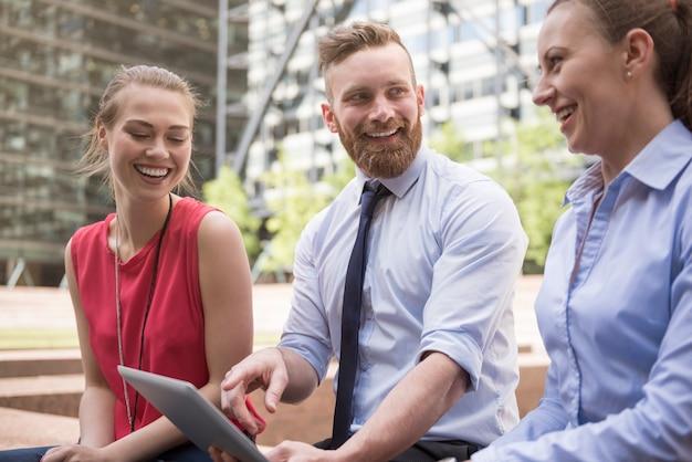 Szczęśliwy zespół szukający idealnego sposobu na swój biznes