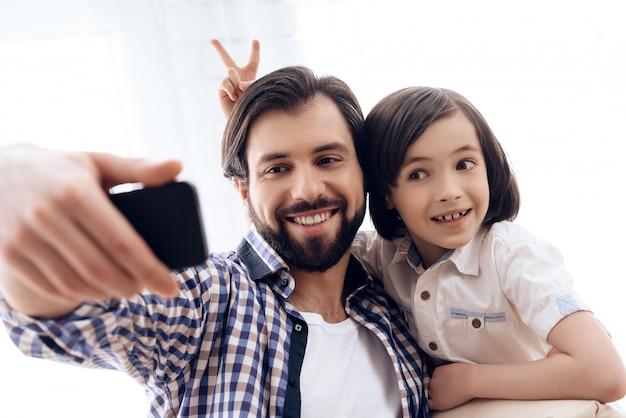 Szczęśliwy związek między rodzicem a dzieckiem.