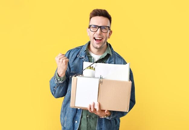 Szczęśliwy zwolniony mężczyzna na żółto