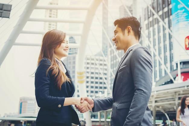 Szczęśliwych ludzi biznesu uścisk dłoni. sukces firmy.