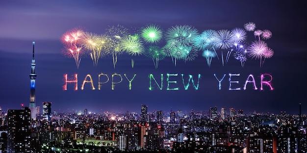 Szczęśliwych nowy rok fajerwerków nad tokio pejzażem miejskim przy nocą, japonia