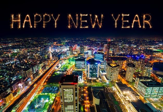 Szczęśliwych nowy rok fajerwerków nad yokohama pejzażem miejskim przy nocą, japonia