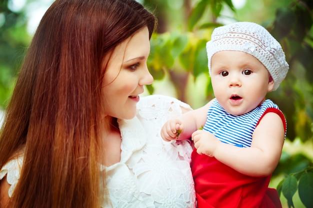 Szczęśliwych potomstw macierzysty mienia dziecko w parku