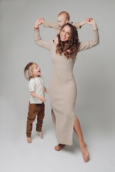 Szczęśliwych potomstw macierzysty pozować przy kamerą wraz z jej dzieciakami