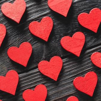 Szczęśliwych walentynek serca na ciemnym tle drewniane