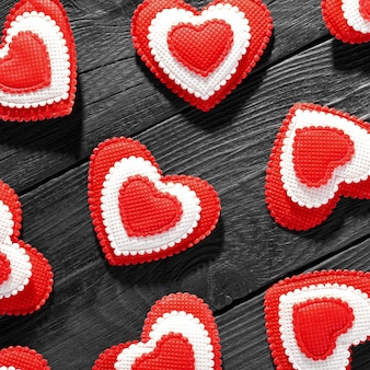 Szczęśliwych walentynek serca na drewnianym stole. koncepcja miłości na dzień matki i walentynki.