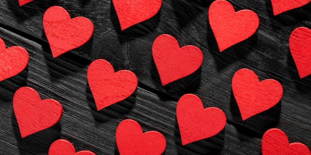 Szczęśliwych walentynek serca na podłoże drewniane