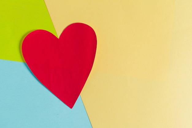 Szczęśliwych walentynek z sercem na kolorowe papiery
