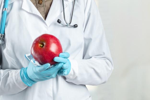 Szczoteczka do zębów w ręce lekarza dentysty