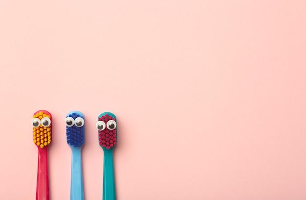 Szczoteczki dla dzieci w różnych kolorach na różowo
