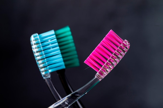 Szczoteczki do zębów do higieny jamy ustnej na ciemnym tle z bliska.