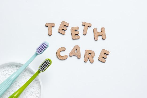 Szczoteczki do zębów i proszek do zębów na białym tle